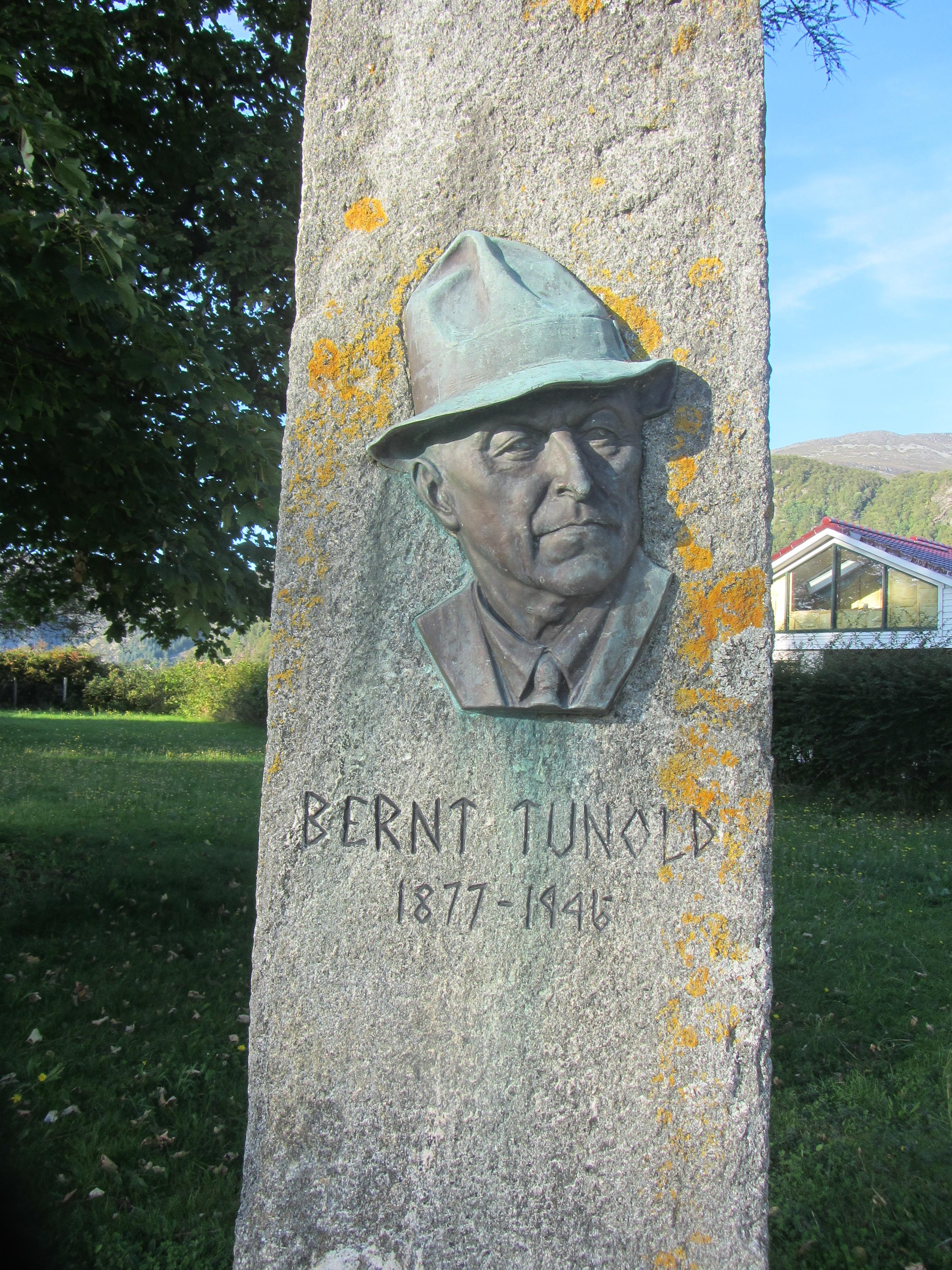 Bilete av bauta med ansiktet til Bernt Tunold.